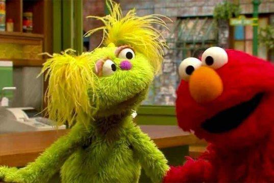 Plaza Sésamo integra a Karli, una muppet con una mamá adicta