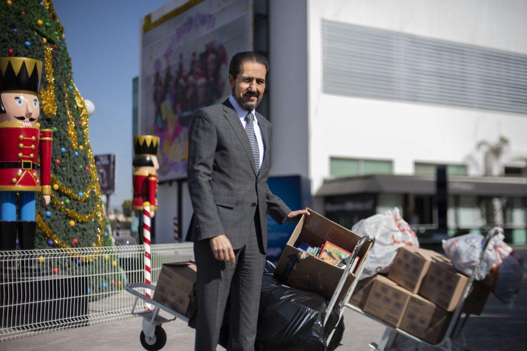 """Alfonso Esparza dona juguetes, ropa y libros a campaña """"De tus manos a su corazón"""""""