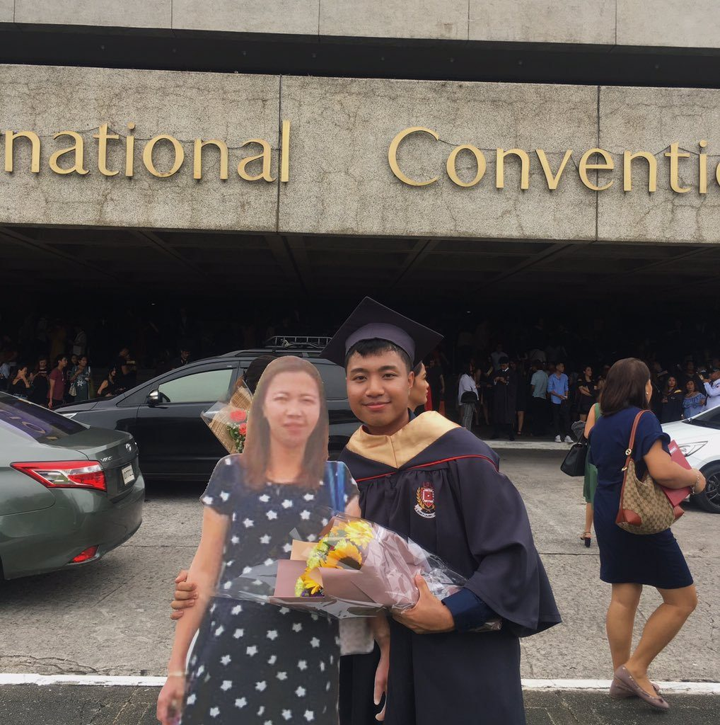 Su madre murió, así que imprimió su foto en grande para llevarla a su graduación