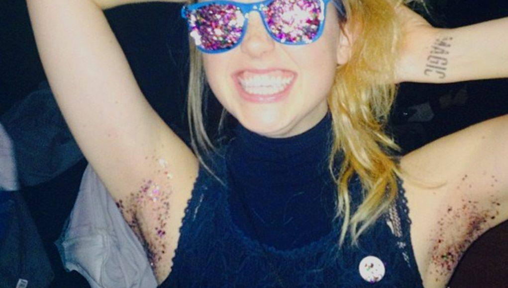 ¡Axilas llenas de brillantina! La nueva moda que azota Internet