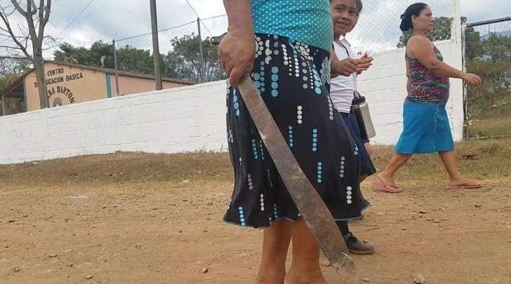 Los secuestros aumentaron, así que acompaña a su hijo a la escuela con un machete